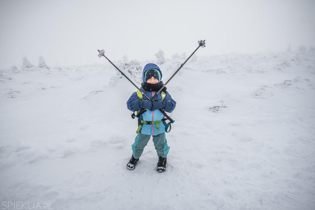 dziecko zimą na szlaku