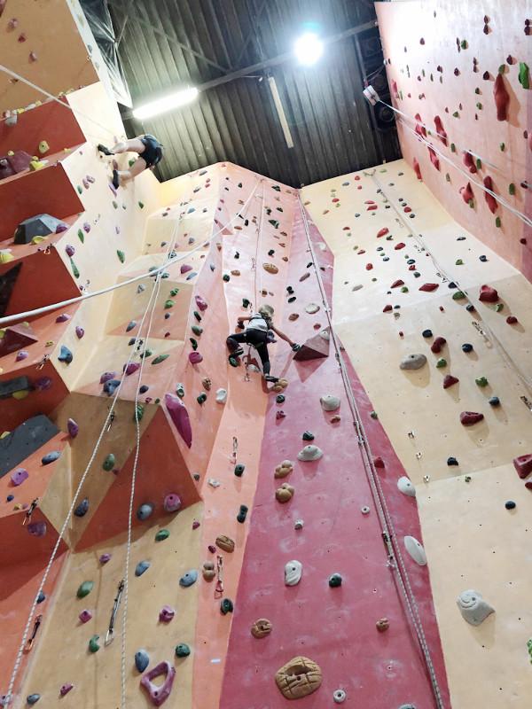 dziecko na ściance wspinaczkowej