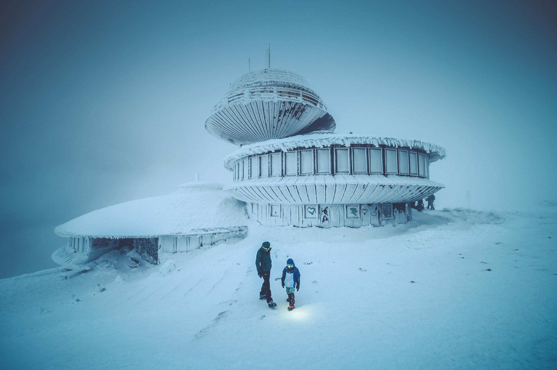 śnieżka zimą z dzieckiem