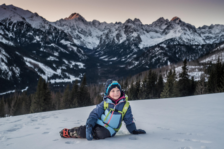 rusinowa polana zimą z dzieckiem