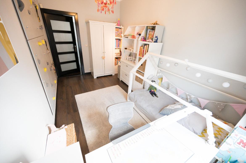 pokój dziewczynki pierwszoklasistki biurko ścianka wspinaczkowa