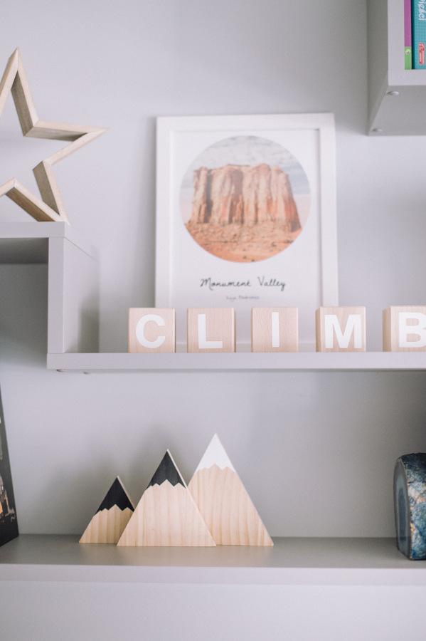 drewniane literki pokój małej wspinaczki podróżniczki